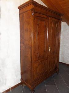 Armadio-Credenza in legno di abete.Due ante e con cassetto interno.