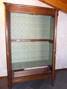 Armadio-Credenza in legno di abete.Due ante e con cassetto interno. Epoca: fine'800 Misure: L 128 h 205 p 45