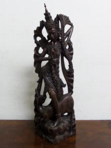 statua in legno di teak intagliato