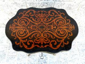 Tavolino a biscotto da centro intarsiato in palissandro e bois de rose con eleganti decori in bronzo dorato.