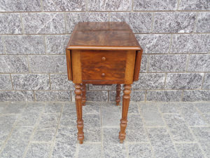 tavolino antico con bandellee