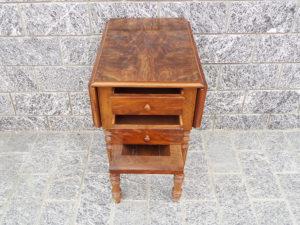 tavolino antico con bandelle